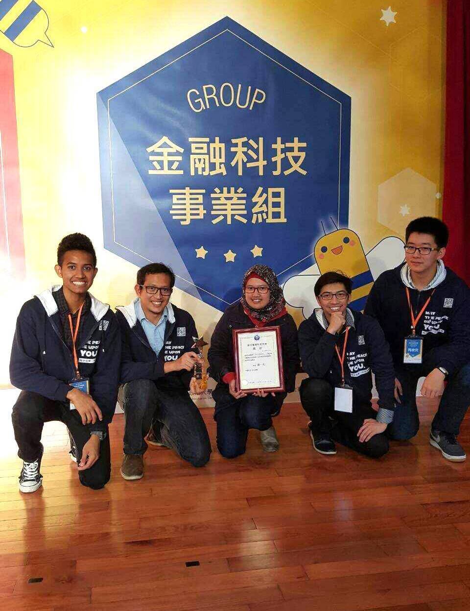 台科大博士生哈明飛(右二)等學生研發的App「清真‧台灣」,不但獲「校園創意創業...