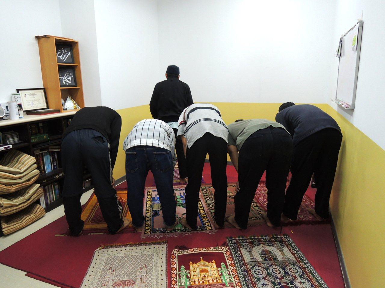 台科大為穆斯林學生專設祈禱室,讓他們從早到晚可朝麥加方向祈禱5次。記者張錦弘/攝...