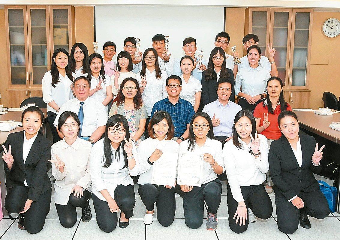靜宜大學參加台灣經貿網校園電子商務競賽,獲多項優勝,成績優異。 記者洪上元/攝影