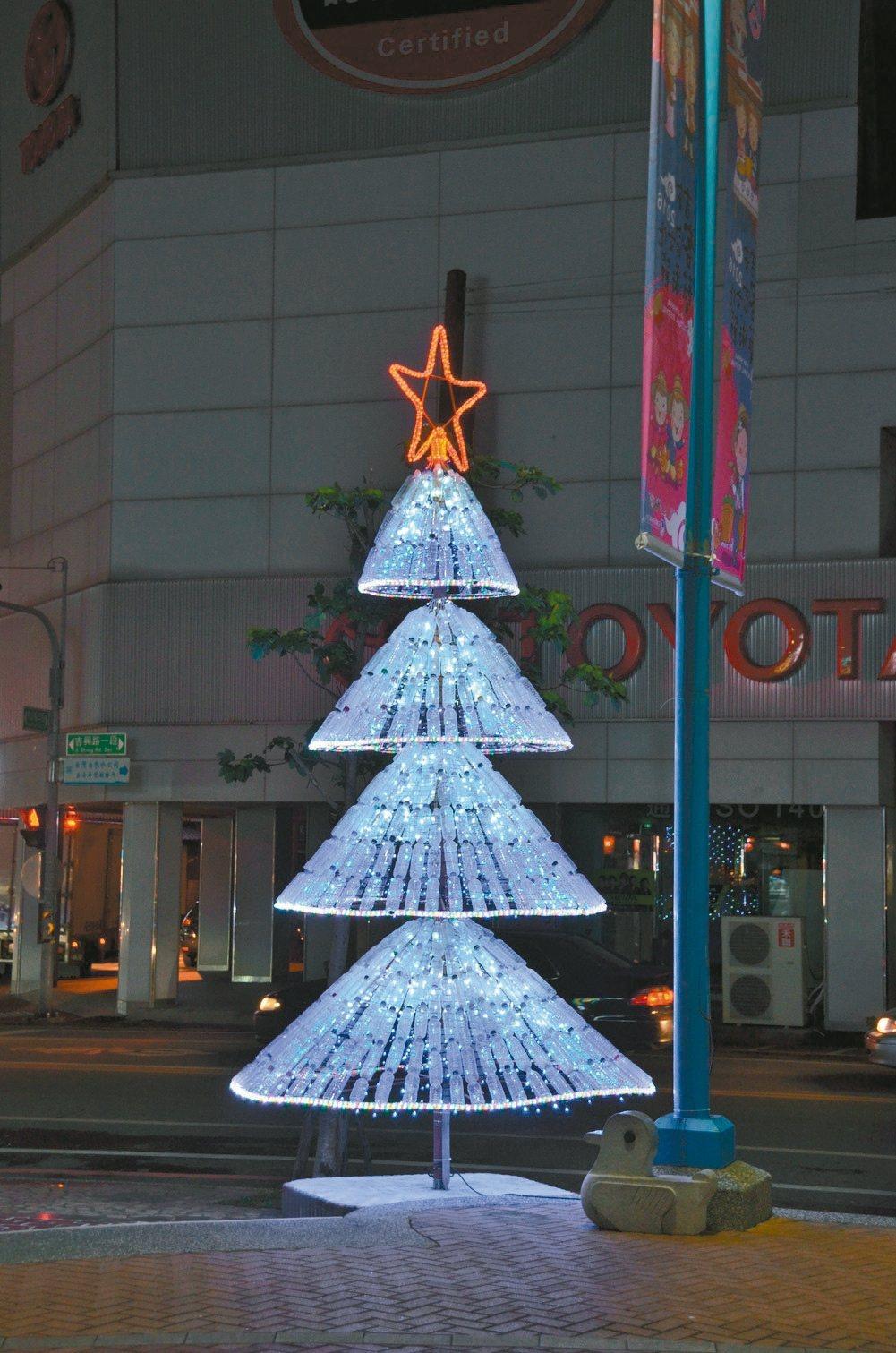 吉安鄉公所清潔隊用近千支回收寶特瓶,打造出3棵美麗多采的大型耶誕樹。 圖/吉安鄉...