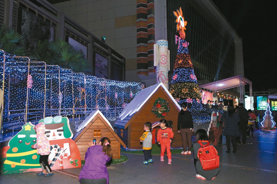 花蓮遠百「聖誕打勾勾」耶誕城,不僅有9公尺高的耶誕樹,每當夜晚就成為孩子的遊樂王...