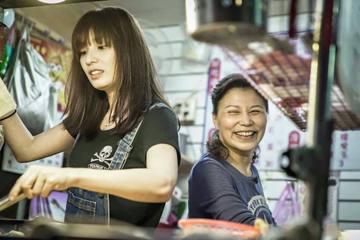 還記得四年前捲入Makiyo毆打運降事件的湘瑩嗎?事後她還曾改名「王書喬」想重新在演藝圈出發,可惜人氣已不如昔日,而月薪也從原先的20萬掉到變4萬。媒體報導,湘瑩這四年來她除了努力跑通告外,有空也會...
