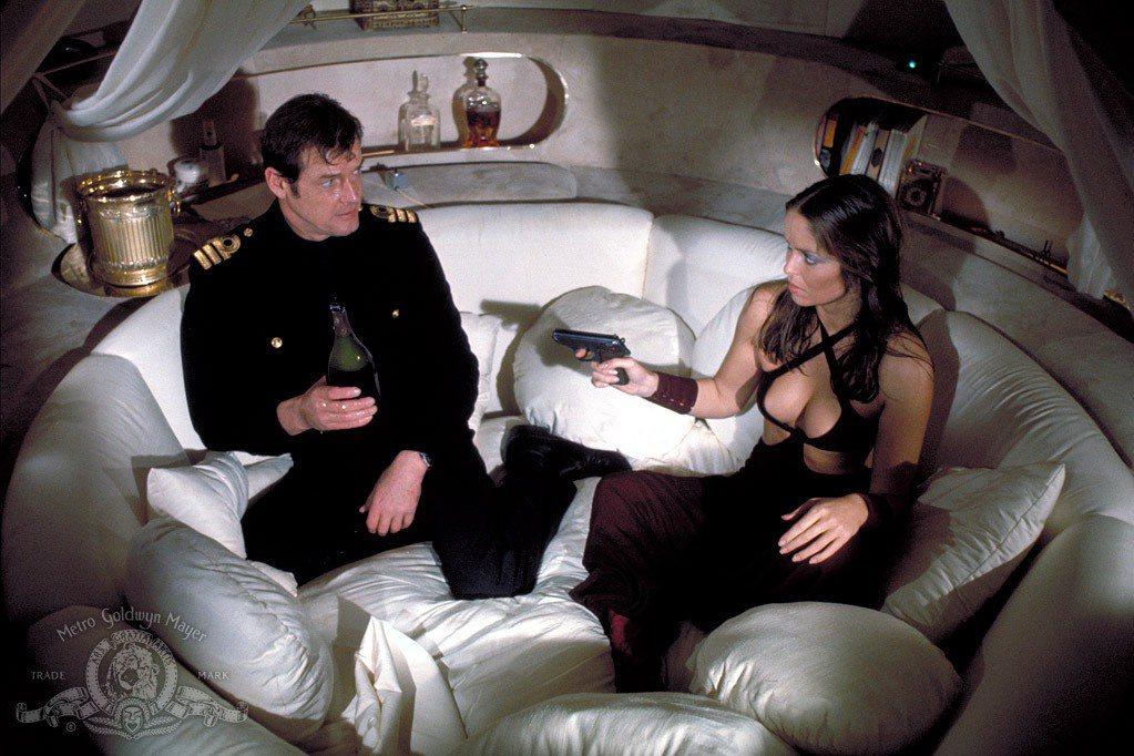 芭芭拉貝琪在「海底城」造型突顯性感身段。圖/摘自imdb
