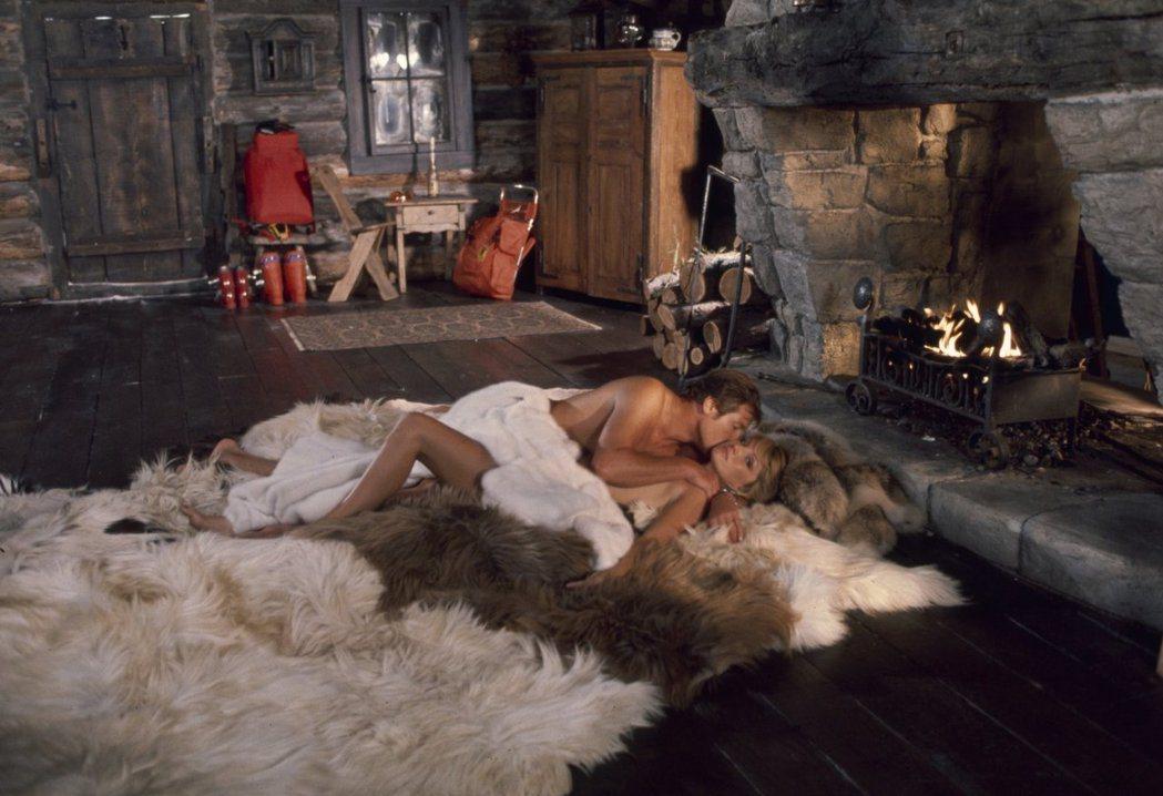 「海底城」少不了龐德與美女裸身交歡的鏡頭。圖/摘自imdb