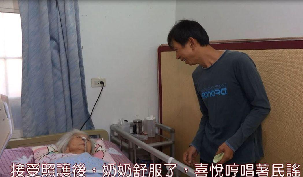 王姓失智老婦人(中)開心哼唱日本民謠。圖/健保署中區業務組