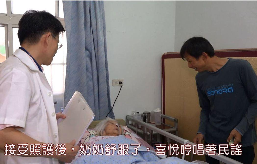王姓失智老婦人(中)在二水鄉衛生所主任陳宏賓(左)到宅看診時,開心哼唱日本民謠。...