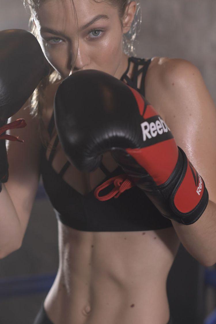 Reebok邀請名模Gigi Hadid代言廣告,大秀健美腹肌和馬甲線。圖/Re...