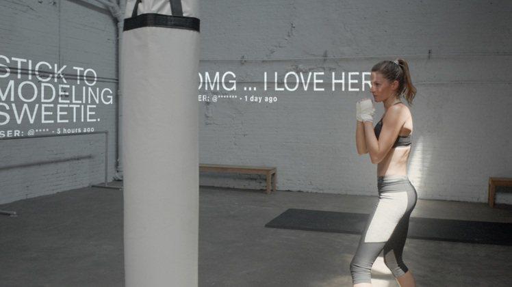 吉賽兒邦臣在UA廣告中以拳擊重砲反擊不利她的流言蜚語。圖/Under Armou...
