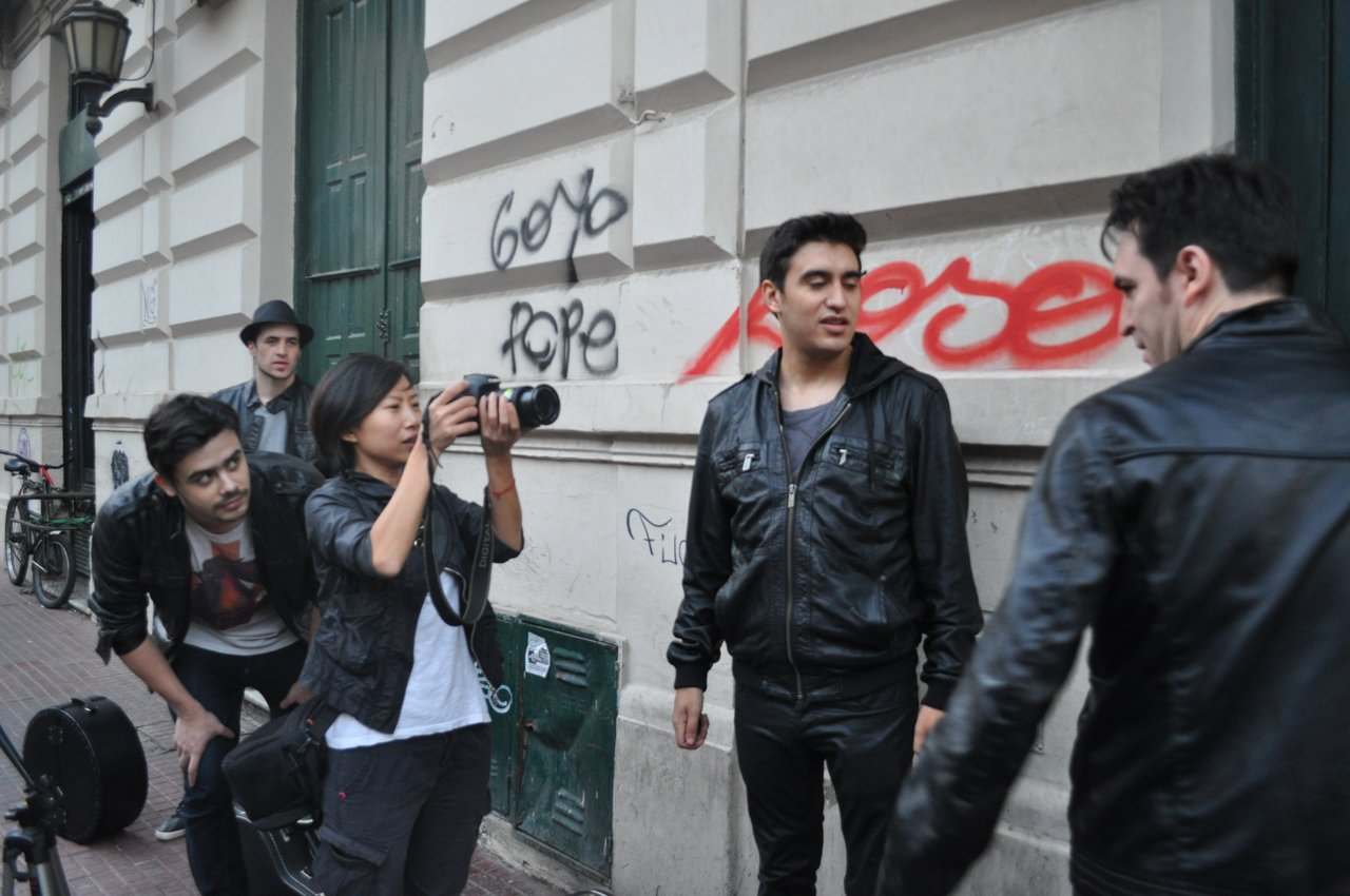 Sio(左)曾在阿根廷幫樂團「The Otherness」拍攝宣傳片。圖/Sio...