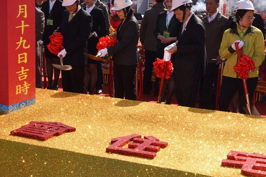 總統蔡英文(前左2)日前出席「桃園市社會住宅動土典禮」。 中央社