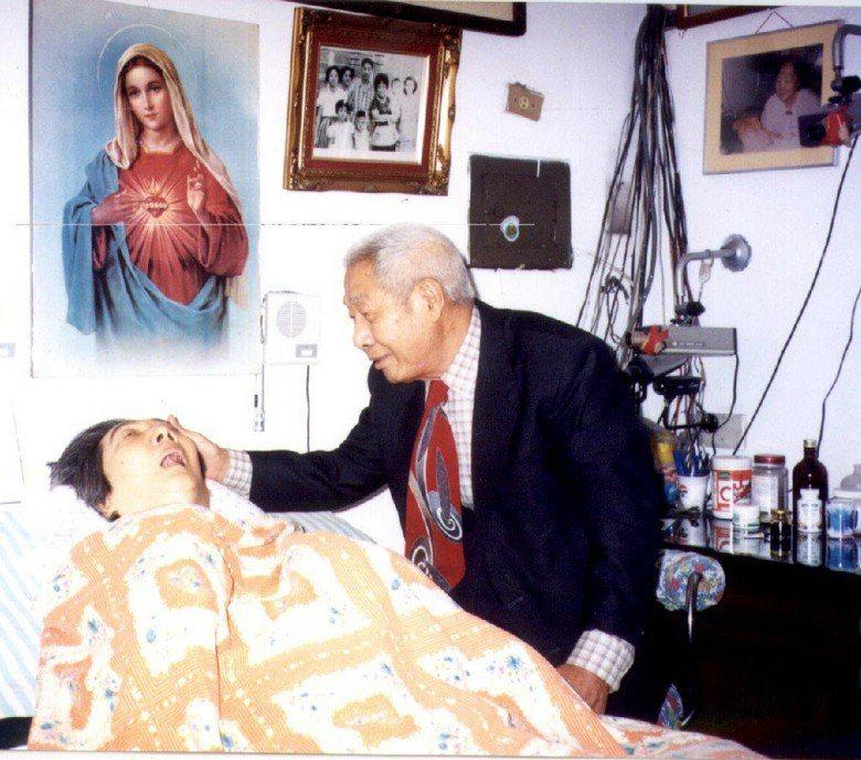 圖為王曉民與父親王雲雷的合照,王雲雷儘管在晚年罹患癌症,但仍悉心照料王曉民。 圖...