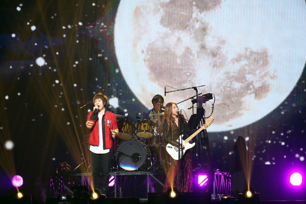 「五月天」離開地球表面演唱會,邀請陳綺貞當嘉賓一同演唱。聯合報系資料照 記者陳瑞...