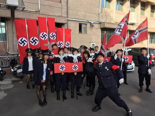 新竹市光復中學「歲末感恩·光復有愛」變裝遊行,有班級扮納粹德國親衛隊惹爭議。 圖...