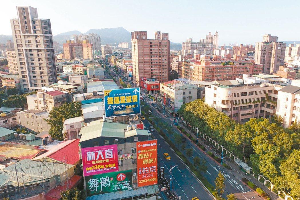 捷運三民高中站隨著中和新蘆線開通,帶動大量人潮進駐。 記者王騰毅/攝影