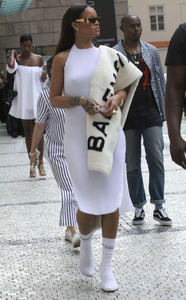 蕾哈娜詮釋BALENCIAGA披肩掛毯展現大logo的流行趨勢。圖/取自flas...