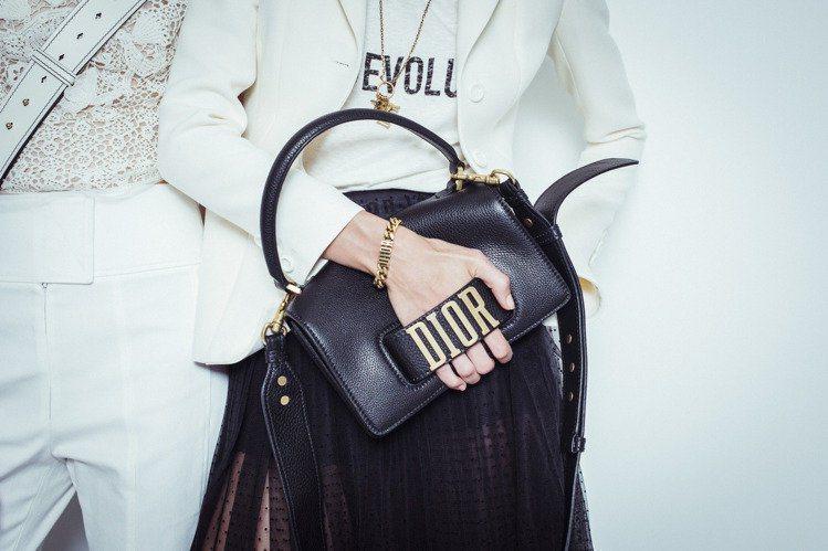 剛上任的Dior新創意總監Maria_Grazia_Chiuri,將大大的「Di...