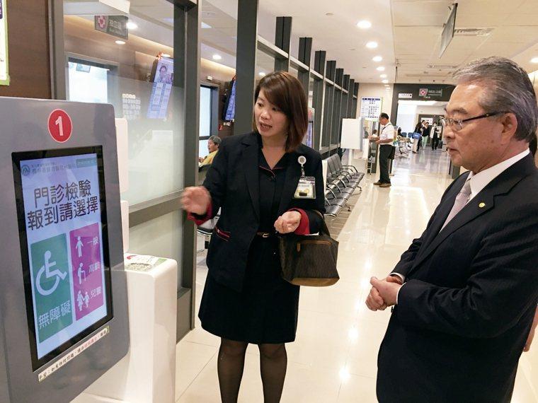 員林基督教醫院使用智慧掛號系統,提升看診的效率。 記者吳貞瑩/攝影