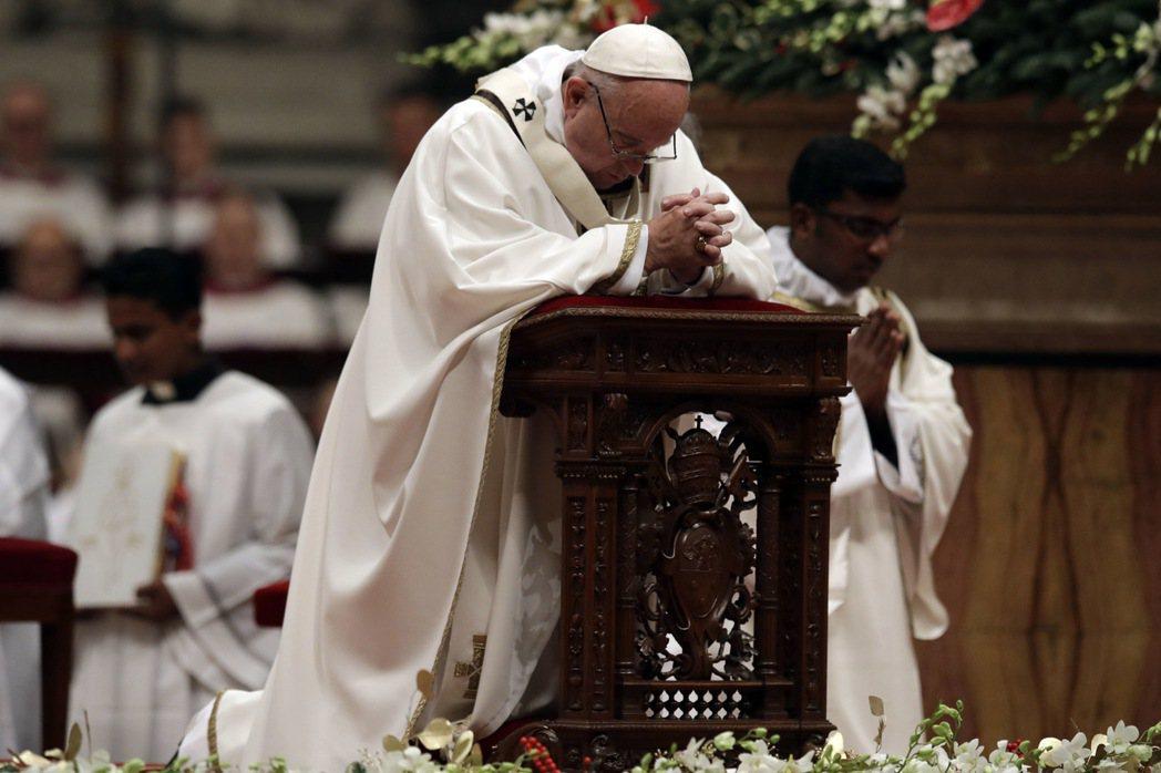天主教教宗方濟各(Pope Francis)今天在擠滿人潮的聖伯多祿大殿(St....