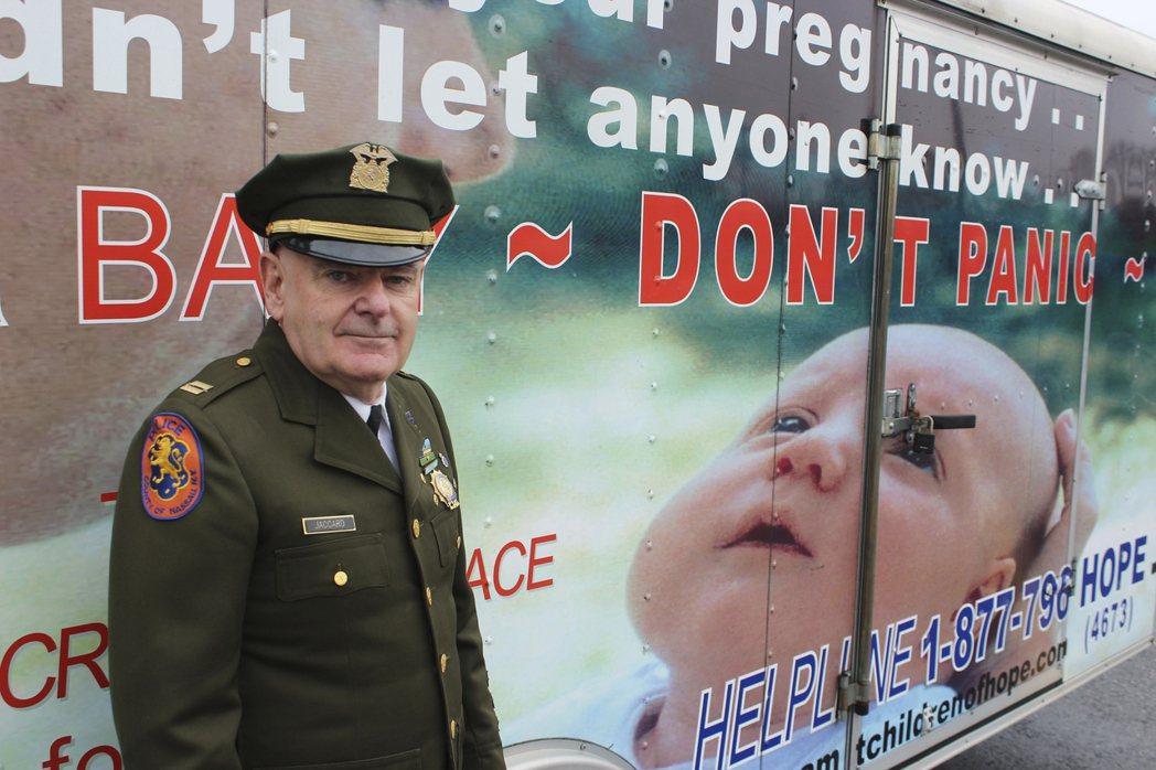 曾是紐約警方救護車醫護人員的提姆‧賈卡德,在17年前發起運動,力促全美50州落實...