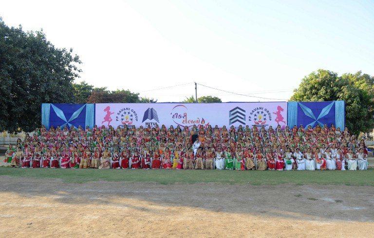 印度鑽石交易商沙瓦尼依印度教嫁女兒的傳統儀式,送236名失去父親的貧女出閣。 圖...