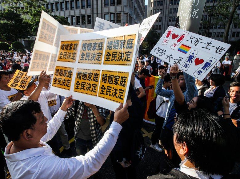 以「守護家庭」為信念的反對陣營,採用的論述主要為美國右派教會的產品,並於台灣在地化,融合了傳統儒教的家庭人倫觀,進而與傳統觀感無縫接軌。 圖/聯合報系資料照片