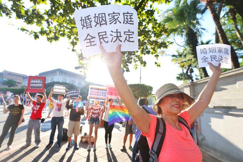 台灣的反同團體,提出的主張卻是「子女教育、父母決定」,大概也只有深受儒家文化影響的社會,這樣的口號也能夠得到廣泛認同。 圖/聯合報系資料照片