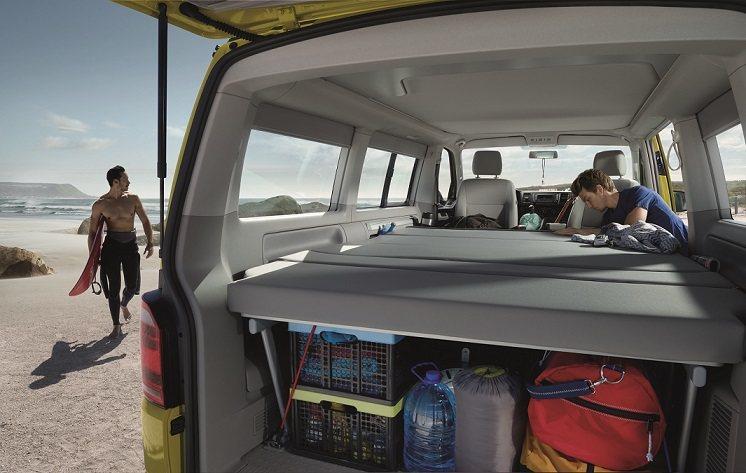 乘客艙內可拆式無段式滑軌系統能調整乘座空間,2人座長椅折疊後搭配可調式舒適床墊,...