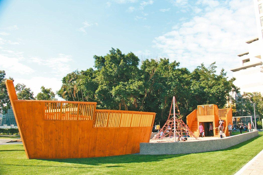 碧湖公園新打造的巨型木造海盜船兒童遊戲場。 圖/公園處提供