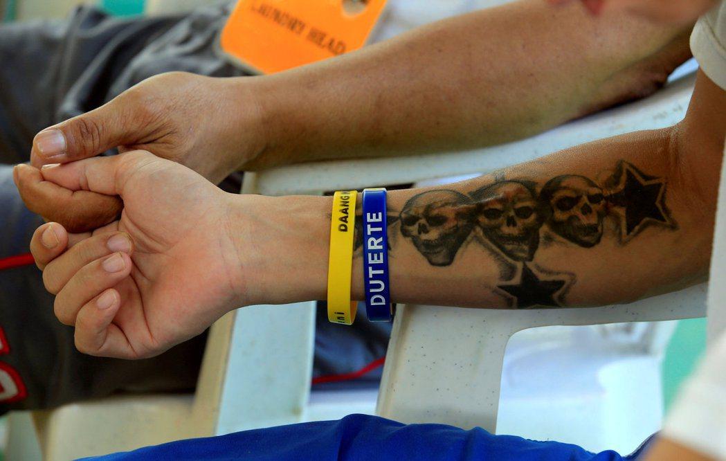 接受治療矯正的毒品使用者,在醫療中心裡手上還必須配戴寫有總統杜特蒂名字的手環。 ...