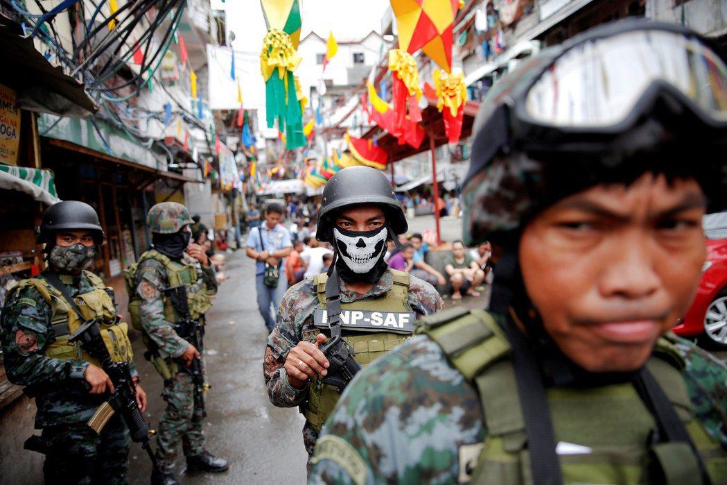 DDS會在城市間巡弋等待命令,「處決任務」的場合也多在人口稠密的大街道上,警方的...