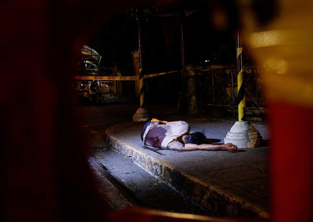 菲律賓的掃毒戰爭一共通報有5,882人死亡;其中,超過2,000人因「拒捕」而死...