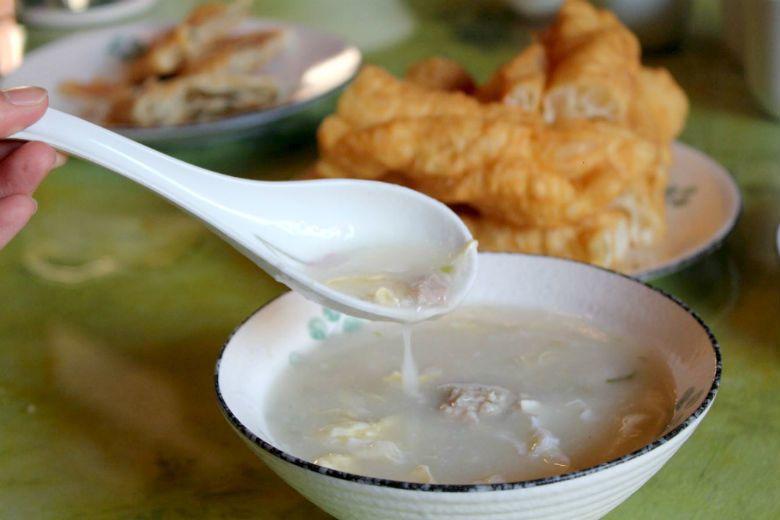 金門的廣東粥放的是一顆顆的肉球,而不是肉塊,與台灣廣東粥亦不同,米煮到化在湯裡頭...