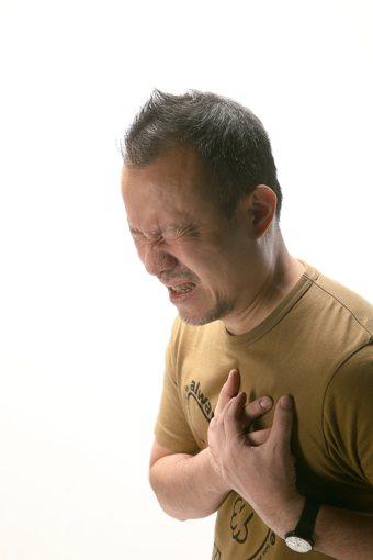 胸悶、咳嗽不是感冒…要小心 本報資料照片