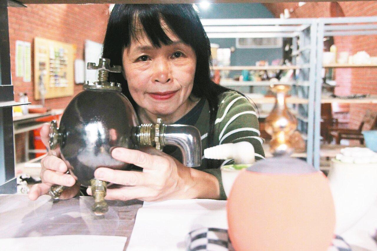 張麗娟喜歡嘗試不同質感的釉料,她手中的蛋和管線看似鐵製,其實全都是陶。 記者魏翊...