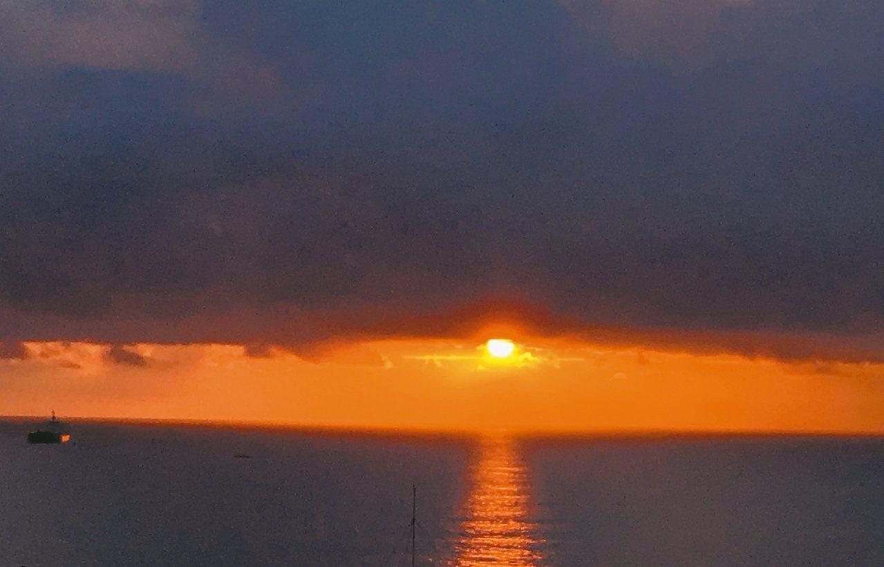 根據中央氣象局預測,台灣本島最早出現曙光的地點是花蓮、台東、和恆春。 記者徐庭揚...