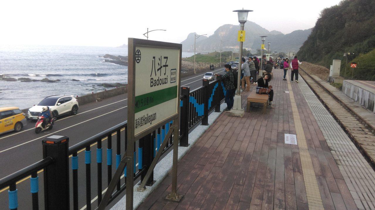 八斗子車站是近來很熱門的景點,因為她和多良車站一樣,都臨海,都有著美麗景色。 記...