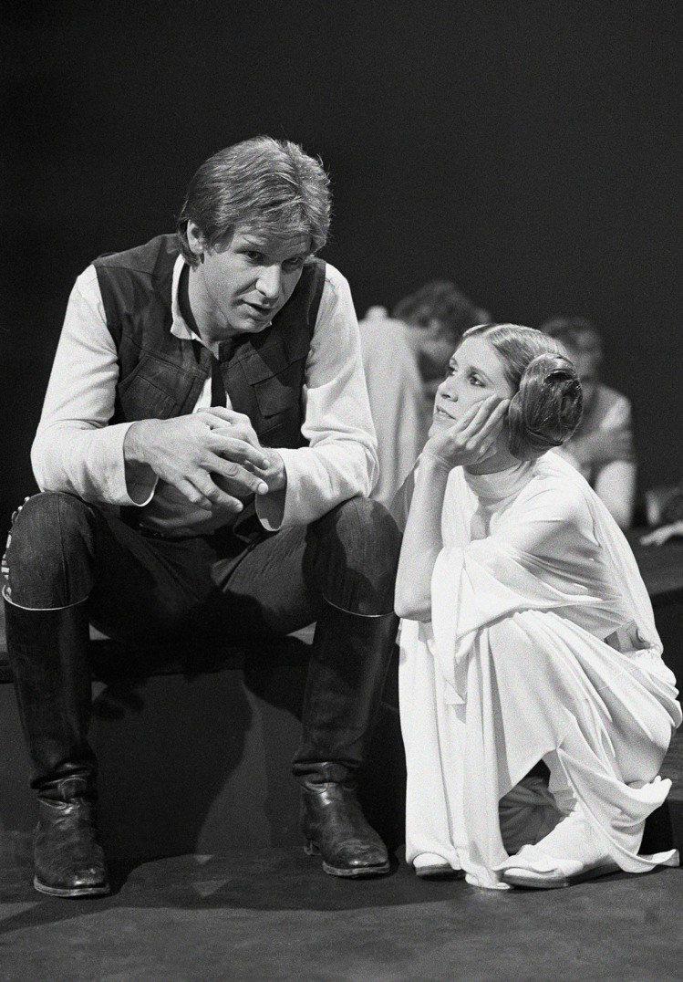 「星際大戰」中扮演莉亞公主的資深女星嘉莉費雪(右)永存影迷心中。圖/美聯社