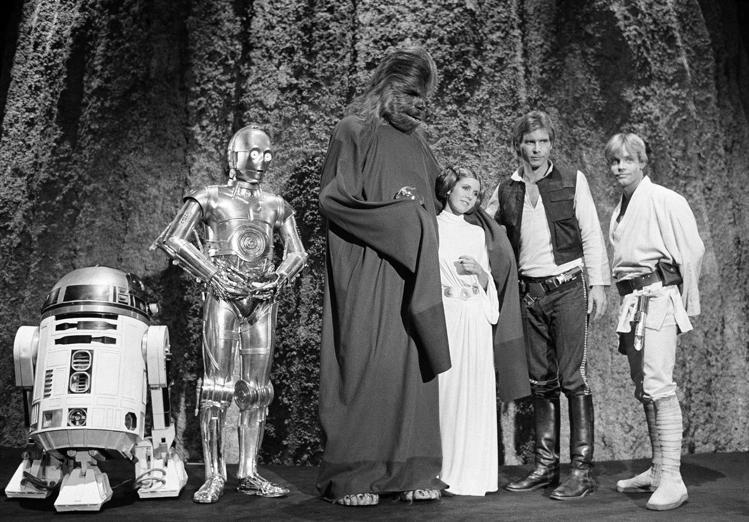 「星際大戰」中扮演莉亞公主的資深女星嘉莉費雪(右三)永存影迷心中。圖/美聯社