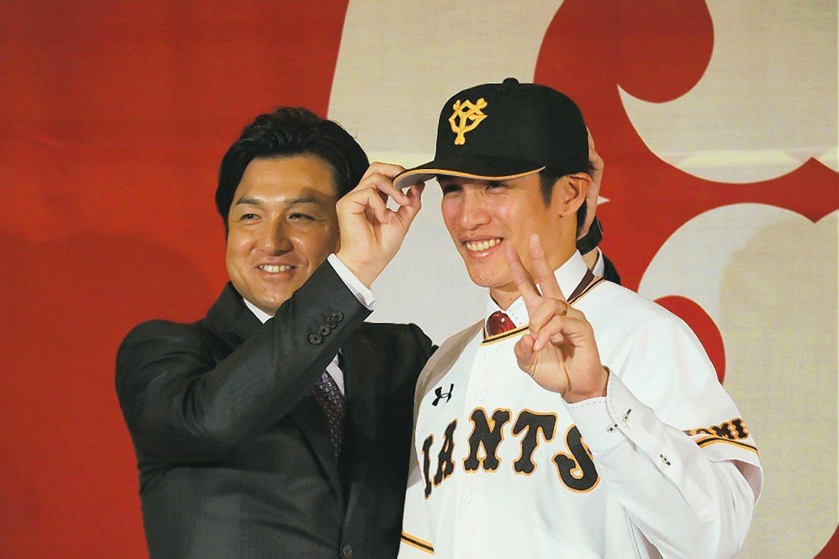 高橋由伸(左)在2016年接任巨人總教練時信心滿滿,但3年過去球隊戰績仍無太大改...