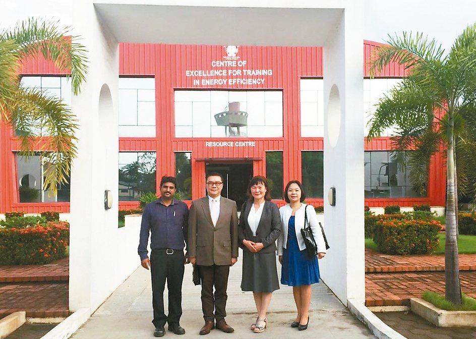 AIP副院長V.Velayutham(左起)、駐清奈辦事處處長李朝成、中國生產力...