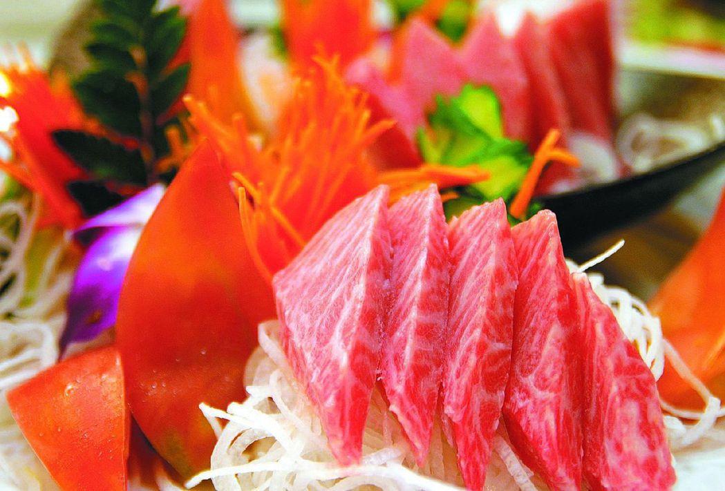 長圖為生魚片料理。 報系資料照片