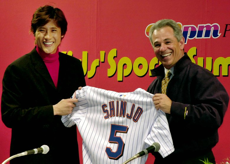 2005年日本選手新庄剛志加盟大都會隊,右為瓦倫泰。 圖/美聯社