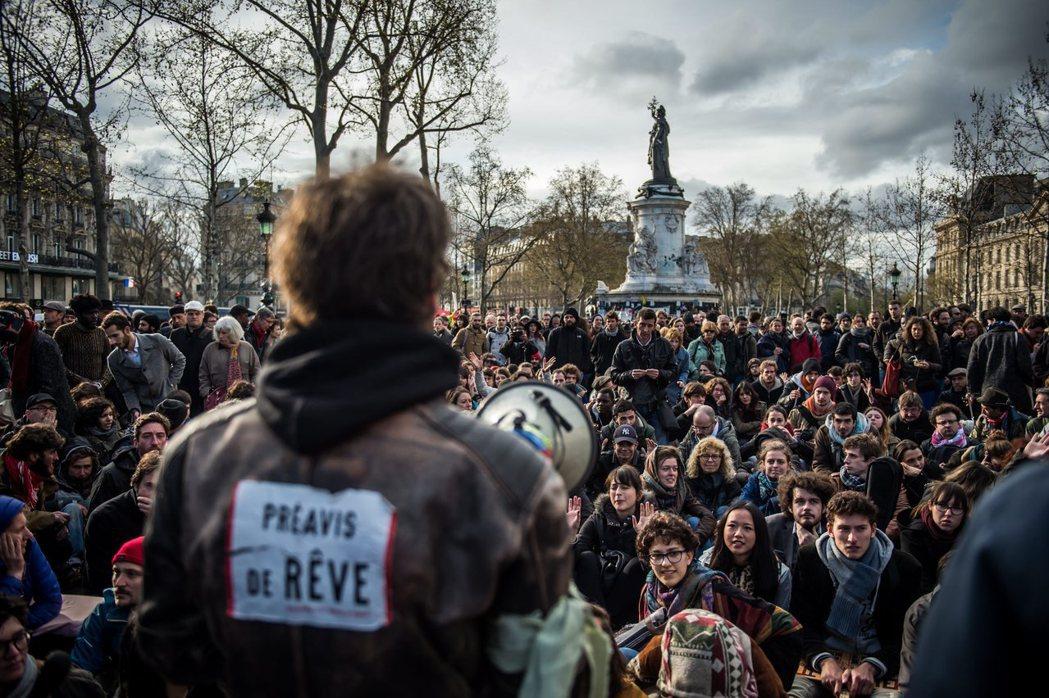 勒龐對於警民衝突或挺身之夜,都選擇站在「反騷亂、穩秩序」的保守派立場,而未成為反...