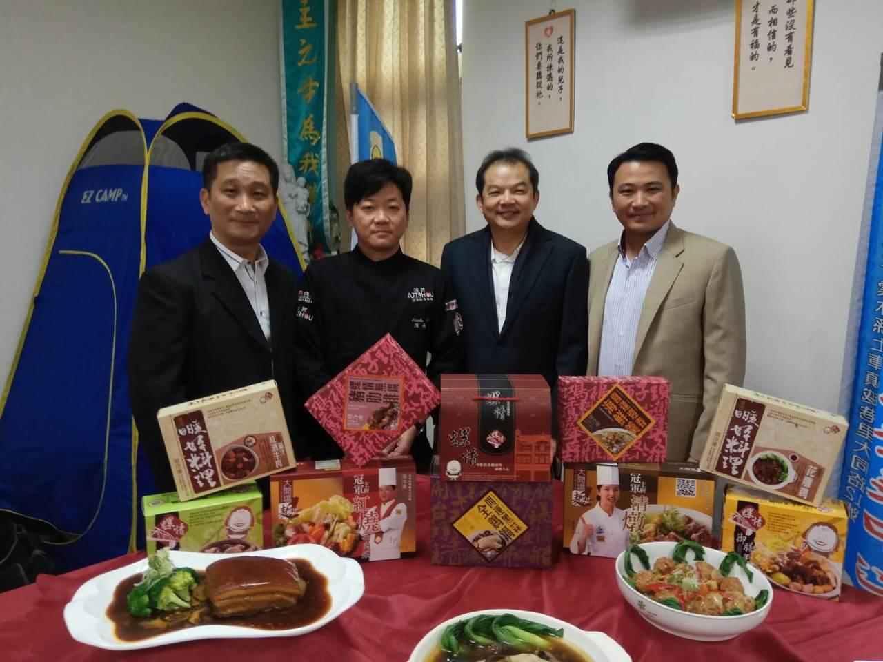 呂政璋(右一)、林信成(右二)及鍾紀銘(左一)攜手,十道料理送愛到華聖圍爐過好年...