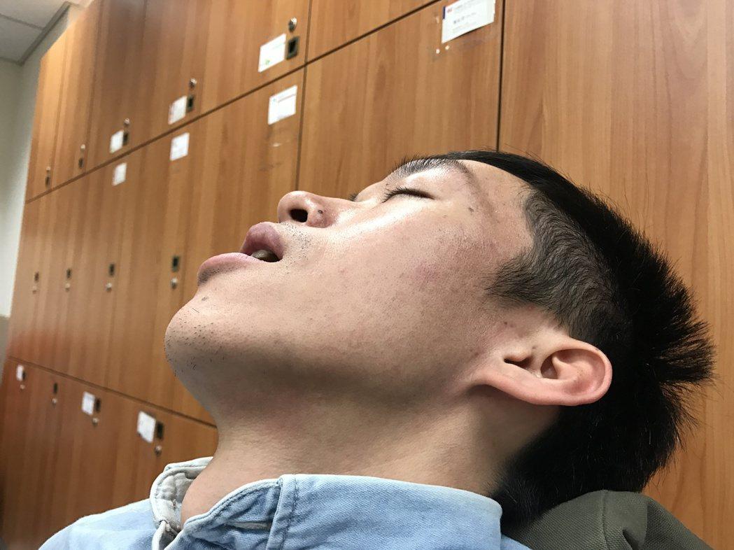 睡覺時,習慣張開嘴巴,鼾聲高昂、急促、短暫,小心頸動脈硬化狹窄。記者李樹人/攝影