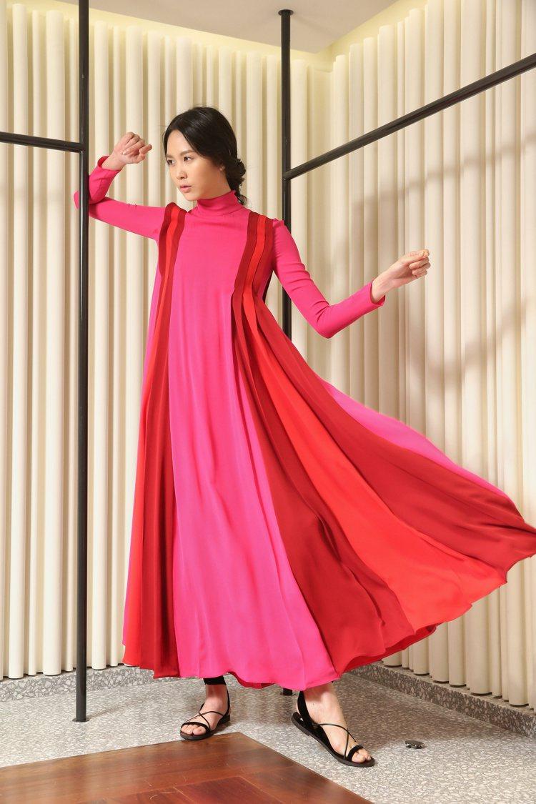 桃紅色塊高領洋裝254,000元、Garavani繫帶涼鞋20,600元。圖/記...
