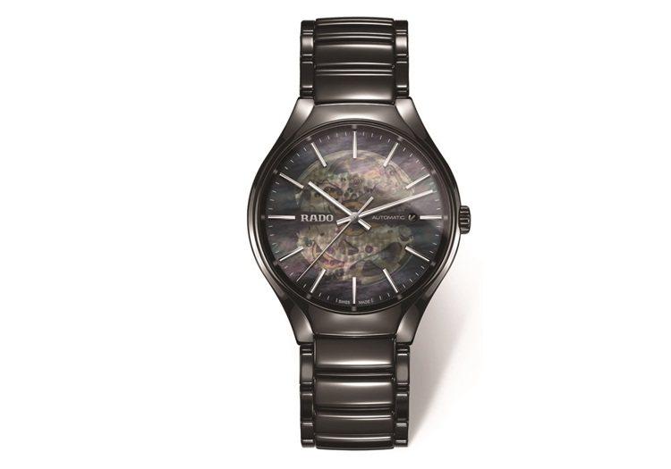 雷達真我系列亮面黑色高科技陶瓷鏤空自動表,67,600元。圖/RADO提供