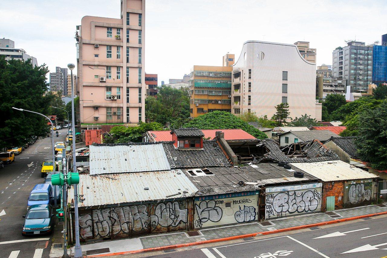台北市八德路、建國南北路口往東側,破舊的矮房等待都更。記者林伯東/攝影