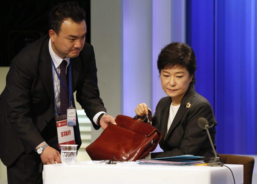 朴根亨2013年製作的舞台劇《青蛙》中,以「記事本公主」諷刺才上任不久朴槿惠總統...