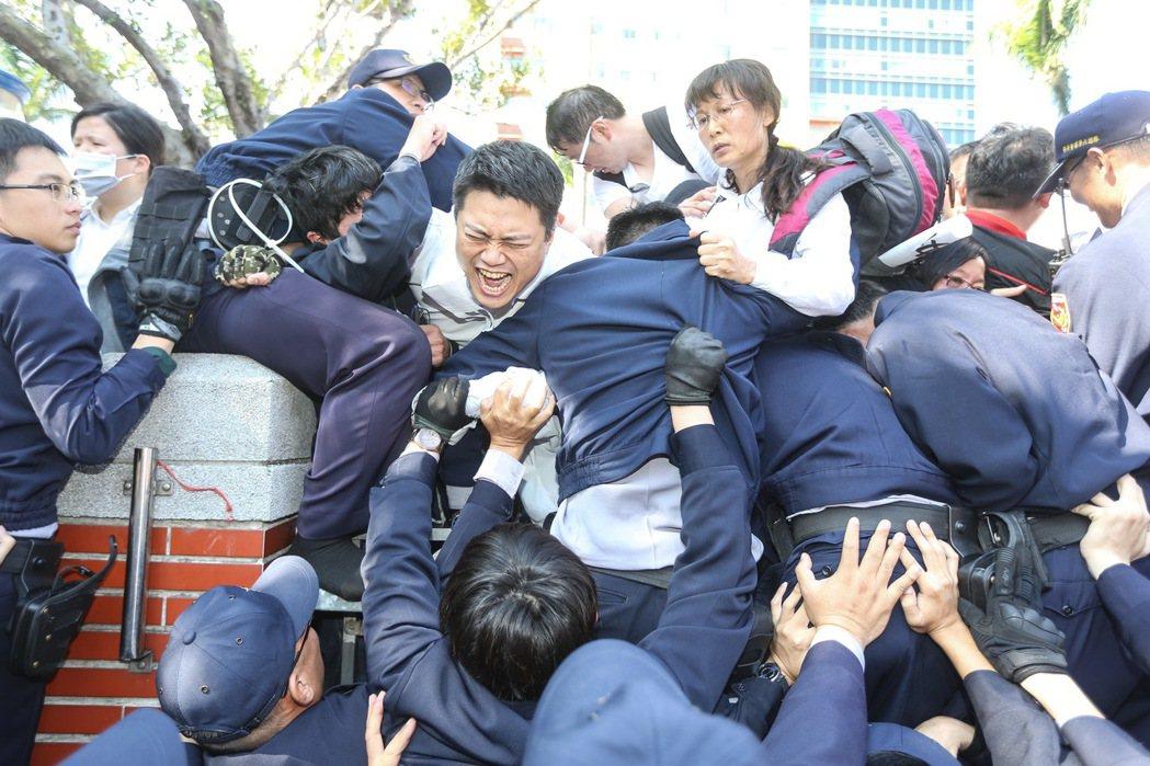 12月26日婚姻平權法案審查會,反同團體激烈抗爭,紛紛翻過圍牆進入立院。 圖/聯...